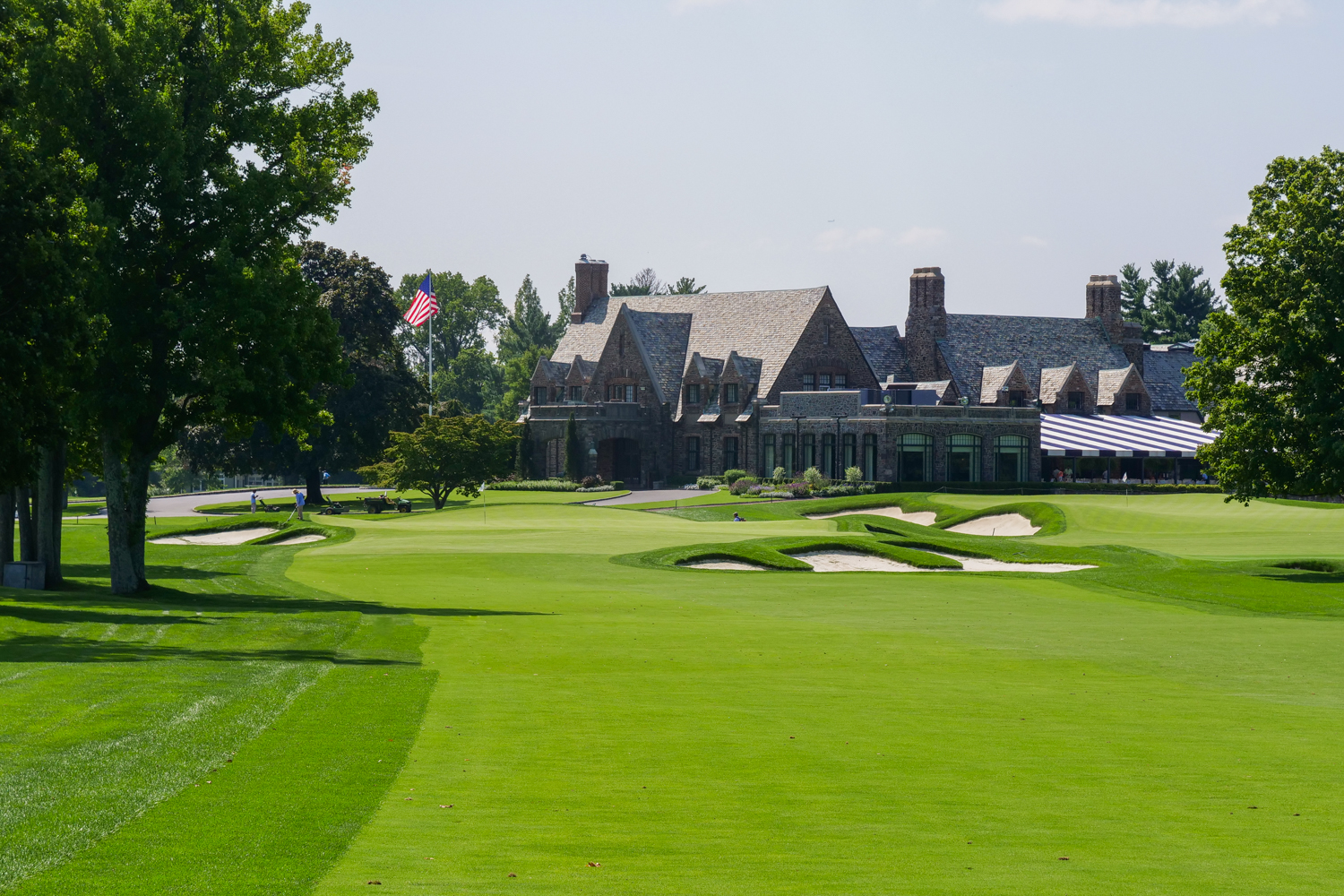The par 5, 9th at Winged Foot with the clubhouse behind it.
