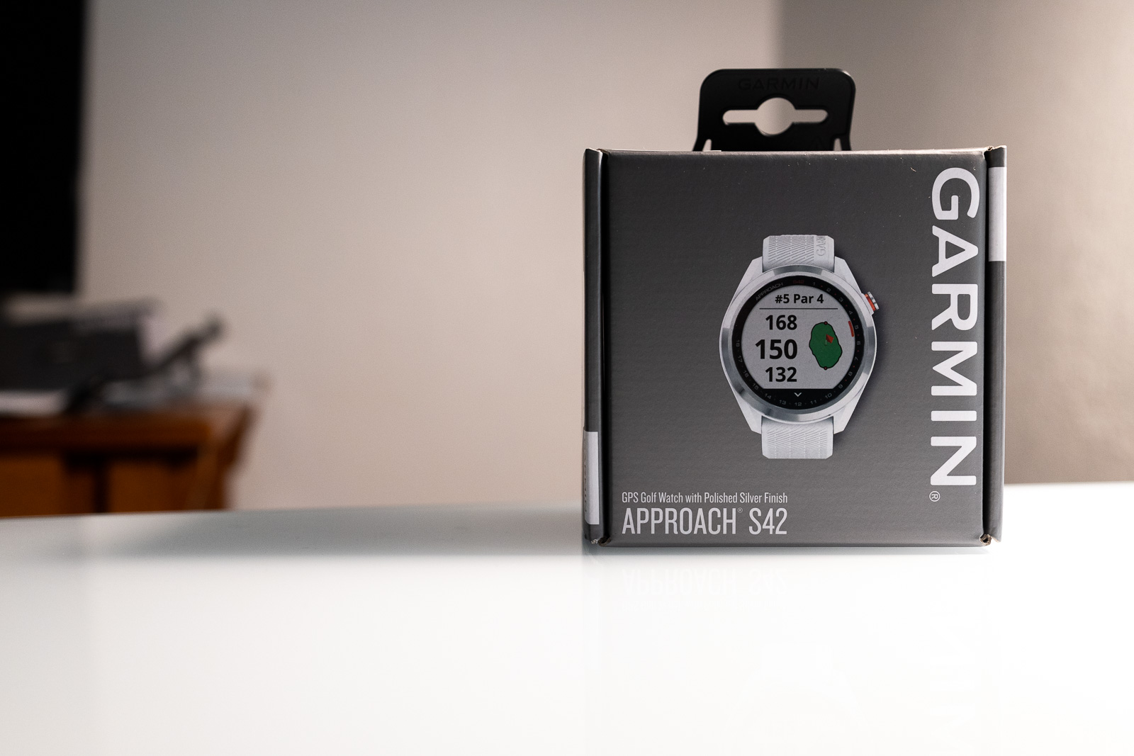 The packaging of the Garmin Approach S42.